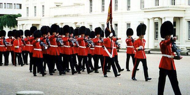 Britische Beamte gehen auf die Straße
