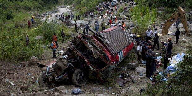 Bus stürzt 75m in die Tiefe: 48 Tote