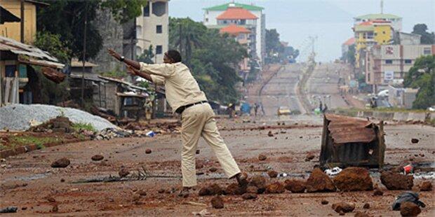 Regierung ruft nach Krawallen Notstand aus