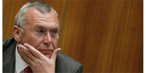 Gusenbauer kündigt Hilfspaket für Banken an