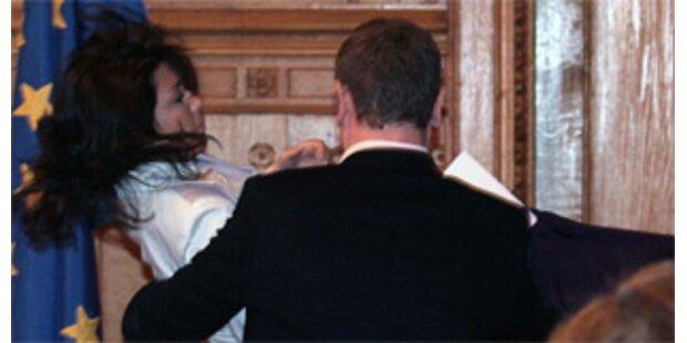 Gyurcsany trägt ohnmächtige Sprecherin auf Händen