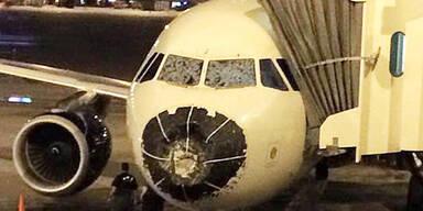 Hagel beschädigt Flugzeug-Cockpit