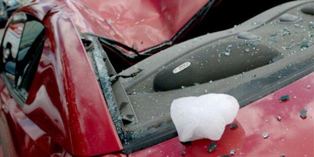 Mega-Eisbrocken zerstört Auto