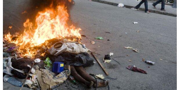 Haitianer verbrennen Erdbebenopfer