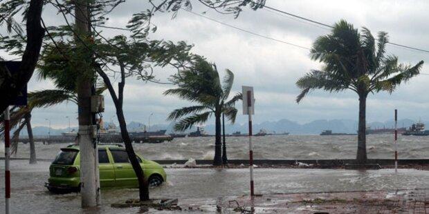 Erste Helfer erreichen Katastrophengebiet.