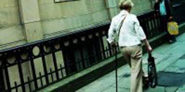 Pensionistin vom Dieb mitgeschleift