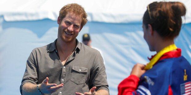 US-Schwimmerin schenkt Prinz Harry Goldmedaille