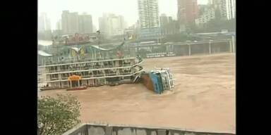 Hochwasser brachte Restaurant-Boot zum Kentern