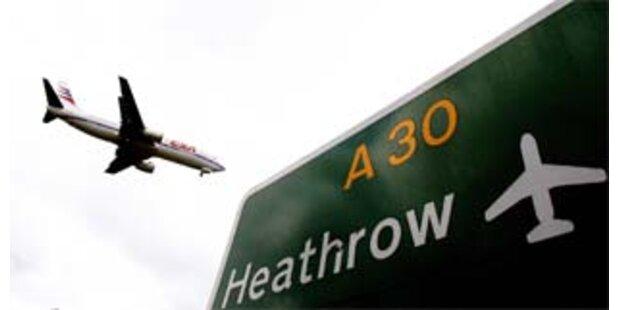 Rucksackmann stand auf Rollbahn in Heathrow