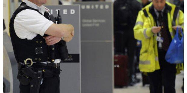 Bomben-Imitat in Flugzeug geschmuggelt