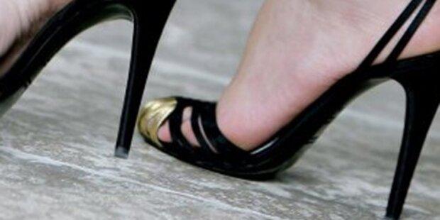 Frau rammt Mann High Heel ins Auge