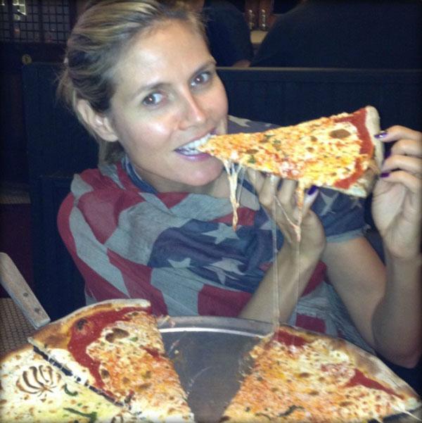 Heidi Klum gönnt sich eine Pizza