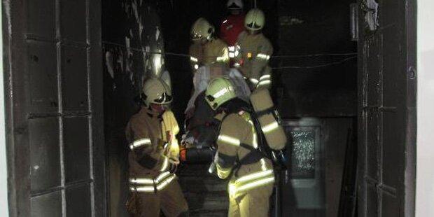 Feuerwehr rettet 25 Menschen aus brennendem Haus