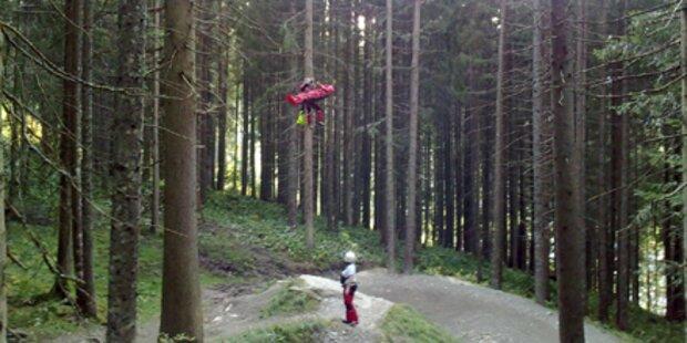 Mountainbiker stürzt über Hindernis