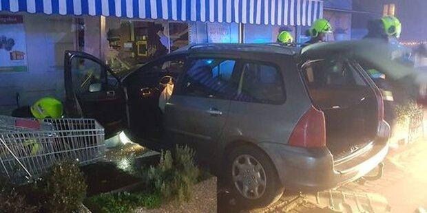56-Jähriger crasht mit Auto in Geschäft