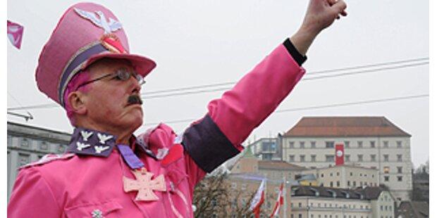 Pink-Hitler stürmt  Ausstellung