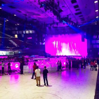 Fans bei Lady Gaga in der Wiener Stadthalle