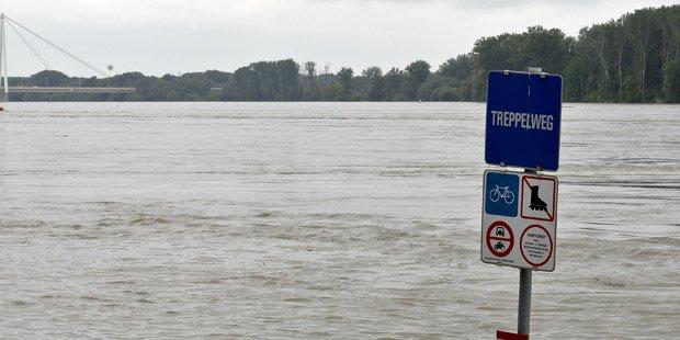 Hochwasser schließt Familie ein