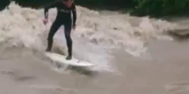 Video: Surfer auf Hochwasser-Welle