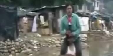 Skandal: Reporter lässt sich von Opfer tragen