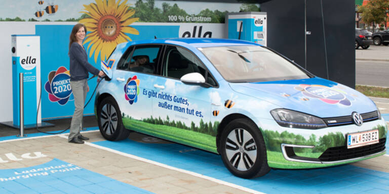 Hofer-Kunden dürfen E-Autos gratis laden