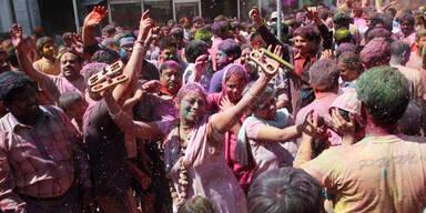 Holi-Fest: Inder liefern sich Farbenschlacht