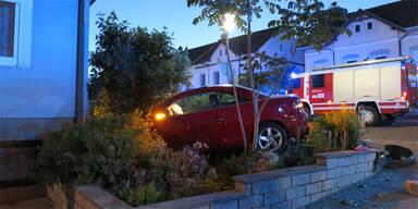 Auto bei Unfall in Vorgarten katapultiert