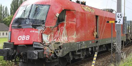 Lkw-Anhänger von Güterzug gerammt
