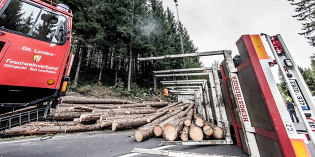 Holztransporter verliert Kontrolle
