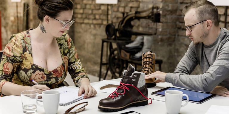 Lena Hoschek designt jetzt Bergschuhe