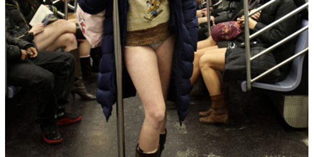 Hosenlose stürmen New Yorker U-Bahn