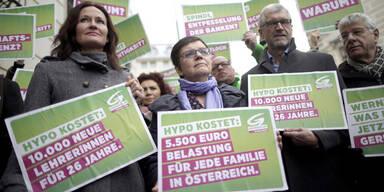 Hypo: Protest vor Bundeskanzleramt