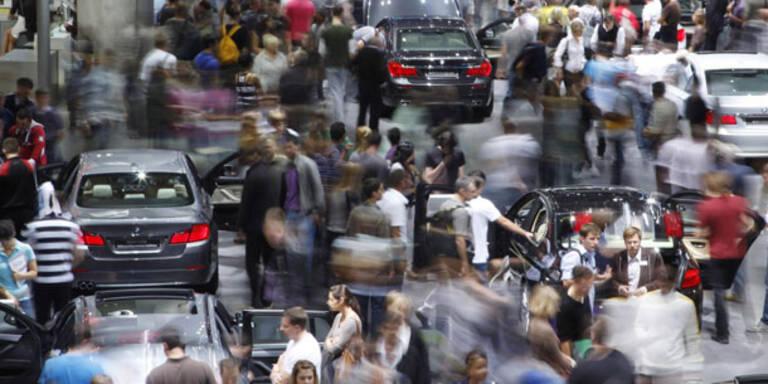Tausende Autofans stürmen die IAA 2011