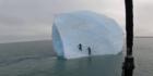 Forscher klettern auf Eisberg, als plötzlich...