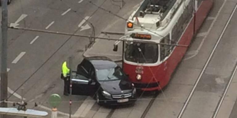 Crash in Wien-Favoriten: Bim prallt mit Auto zusammen