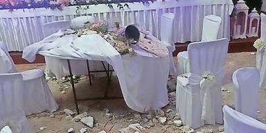 Decke fiel auf Hochzeitsgäste