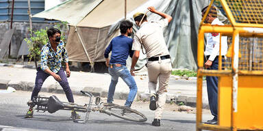 Indische Polizei schlägt Ausgangssperren-Brecher