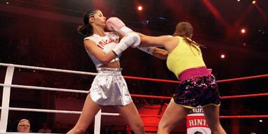 Indira boxt Micaela nieder