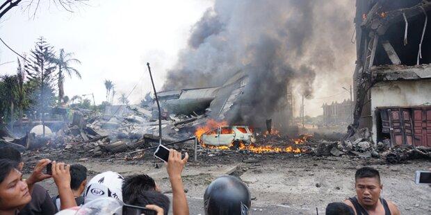 Militärflieger stürzt in Wohngebiet: 100 Tote