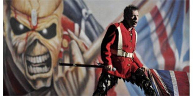 Iron-Maiden-Lead fliegt gestrandete Urlauber heim
