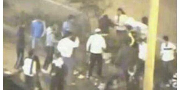 Dutzende Israelis prügeln 2 Palästinenser nieder