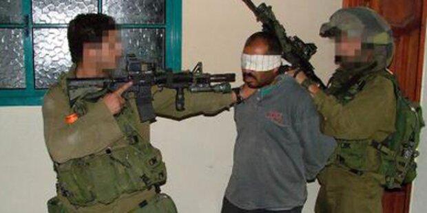 Israelischer Soldat würgt Gefangenen