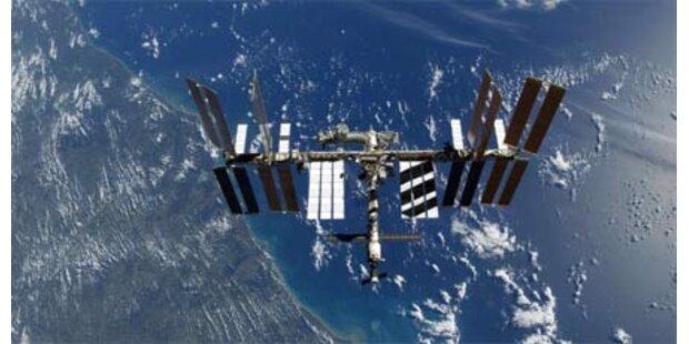 Weltraumschrott fliegt an ISS vorbei