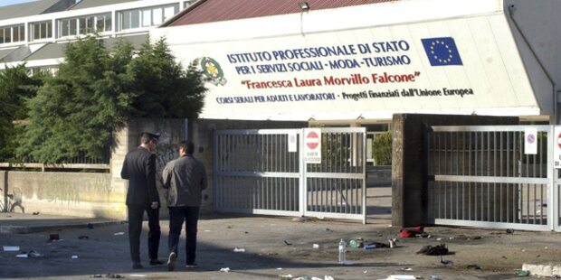 Bombe vor Schule explodiert - Tote