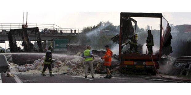 Lastwagen begräbt 8 Menschen in Italien unter sich