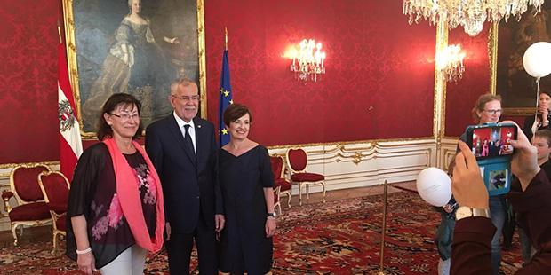 Der Bundespräsident und seine Frau stellen sich für Fotos zur Verfügung