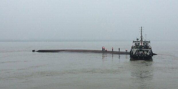 Schiff mit 450 Menschen am Jangtse gesunken