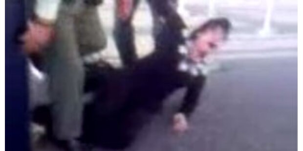 Frau rastet am Airport Hongkong aus