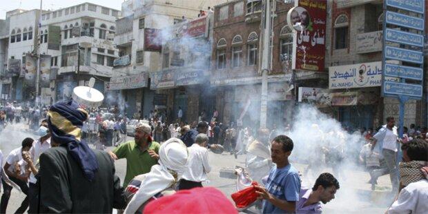 Granatenhagel auf Protestplatz im Jemen