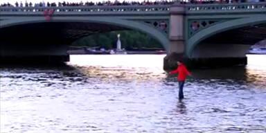 Erstaunlicher Anblick: Mann läuft über Themse